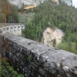 Viadukt aus dem Zug fotografiert