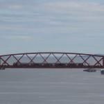 Forth Brücke - Zugverkehr oben und Schiffsverkehr unten