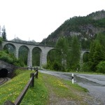 die Kehrtunneleinfahrt unten führt auf das Niveau des Viaduktes oben