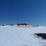 rechts der Siedlung die Ausgrabungsstätte
