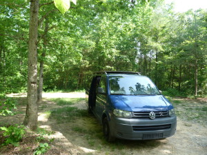 der Bus im Schatten auf dem Campingplatz