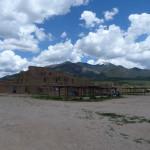 Nordgebäude vor den Taos Bergen