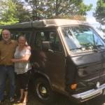 Tom und Cammie mit ihrem Bus