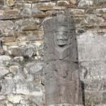 El Tajin - Stele auf der Pyramide