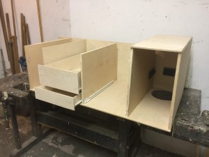 Küchenmodul, rechts der Platz der Gasflasche, daneben die Kühlbox, hinten Fach für Wasserkanister