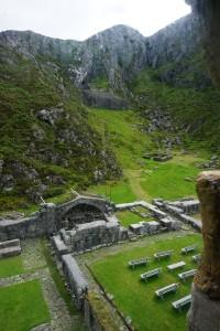 Bild vom Turm, im Hintergrund, mitte, die Treppe zur Höhle