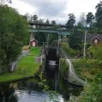 Eisenbahn(grün)- und Autobrücke über der Schleuse